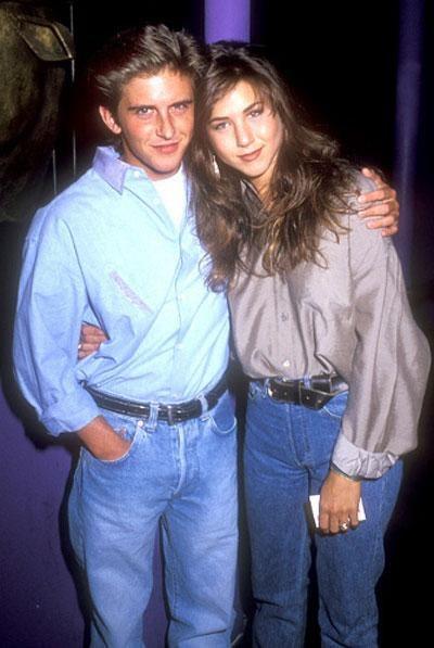 Своего первого мужчину Дженифер Энистон встретила в 1990-ом году. Им стал обворожительный – как ей тогда казалось – сериальный актер Чарли Шлаттер. Молодые и ветреные, они не придавали большого значения своему роману. «Я всегда говорил, что она супер-девчонка, – вспоминает спустя годы Чарли. – Я бы больше старался, если знал, что становлюсь частью истории».